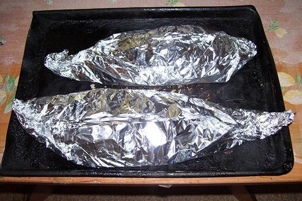 упаковать рыбу в фольгу и запечь