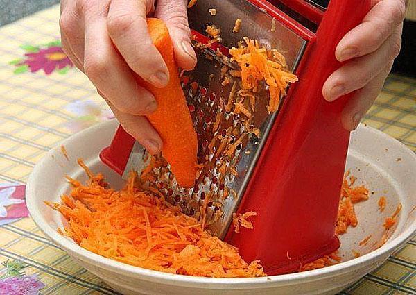трут морковь