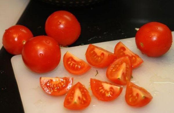 разрезать томаты
