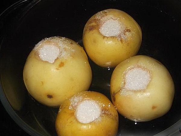наполнить яблоки сахаром и запечь