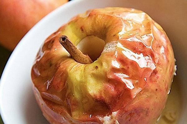 запеченное яблоко с корицей