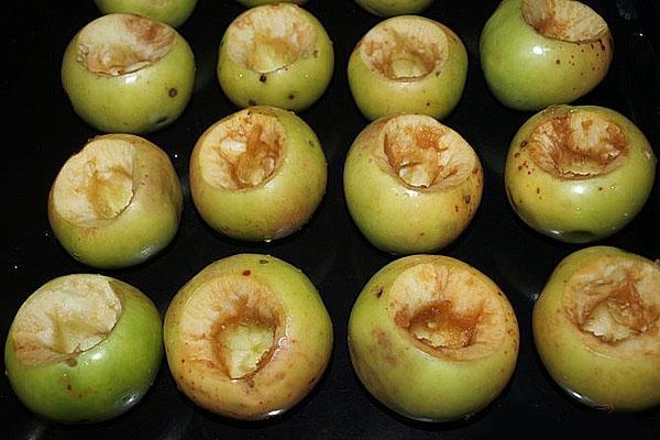 выложить яблоки на противень