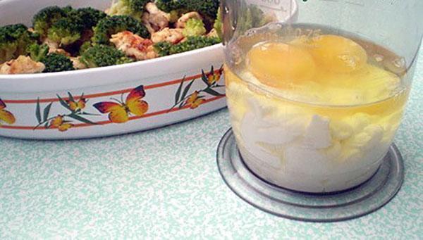 залить соусом из яиц и сметаны