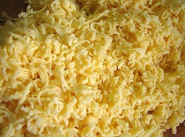 залить соусом капусту и посыпать сыром