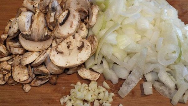 измельчить грибы и лук
