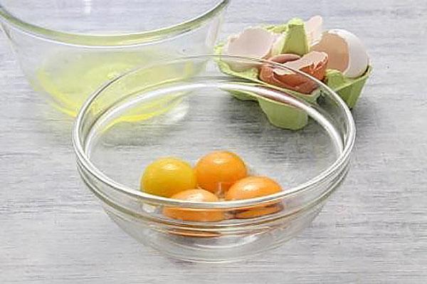 отделить желтки от белков