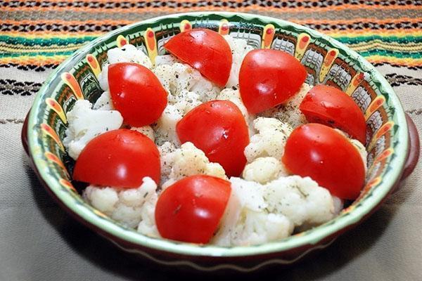выложить в форму капусту, томаты