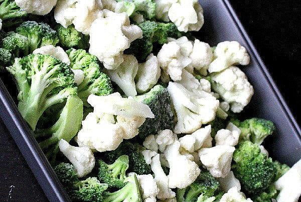 выложить в форму цветную капусту и брокколи