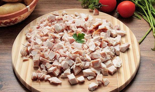 нарезать копченое мясо курицы
