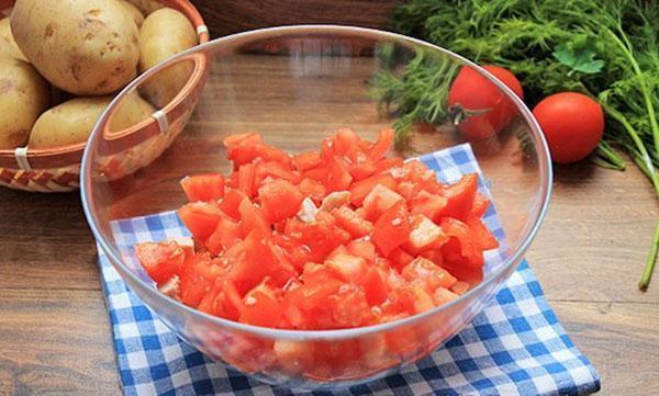 мелко нарезать помидоры