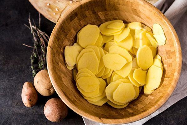 почистить и тонко нарезать картофель