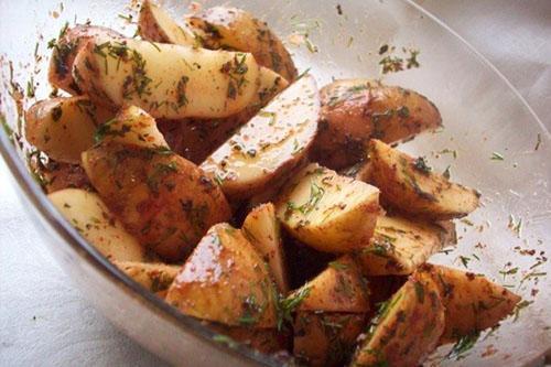 смешать картофель с соусом