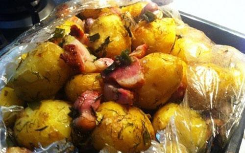 картофель с грудинкой готов
