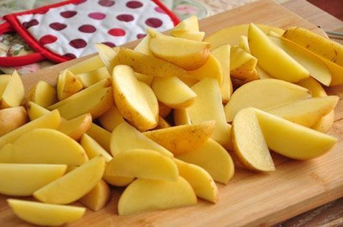 помытый картофель нарезать дольками