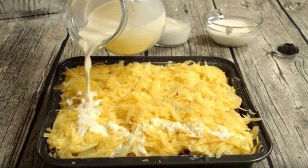 залить картофель соусом