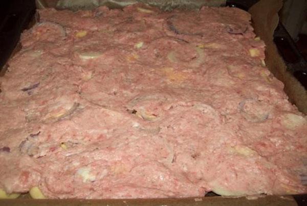 выложить фарш на картофель