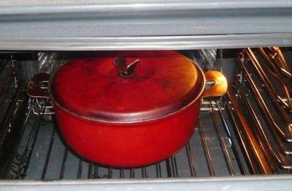 поместить кастрюлю в духовку