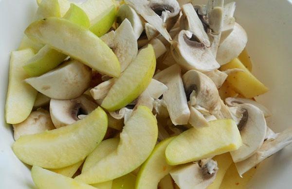 добавить яблоки и грибы