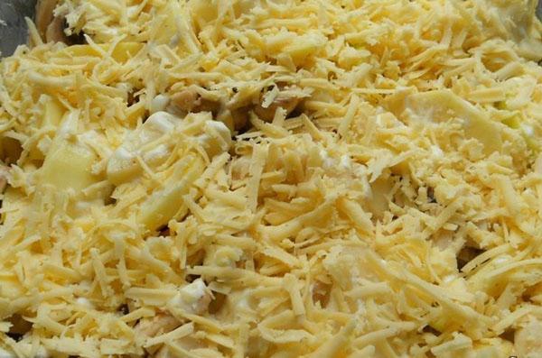 залить майонезом и посыпать сыром