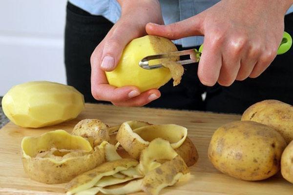 помыть и почистить картофель