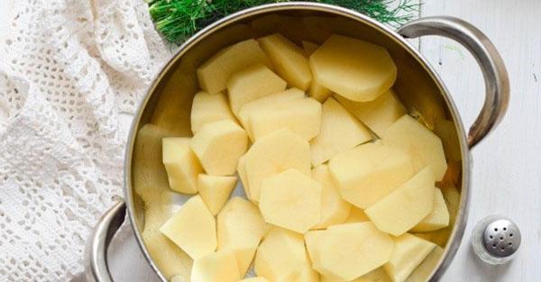 почистить и нарезать картофель