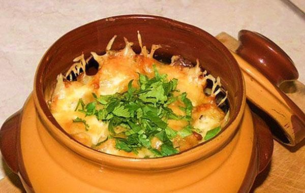 картошка с тушенкой в горшках