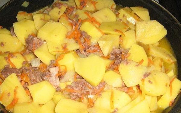 тушить картошку с тушенкой