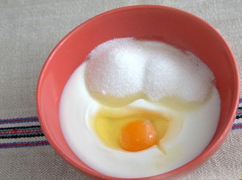 смешать кефир, сахар и яйцо
