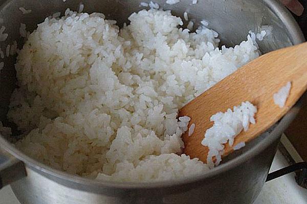варить рис до готовности