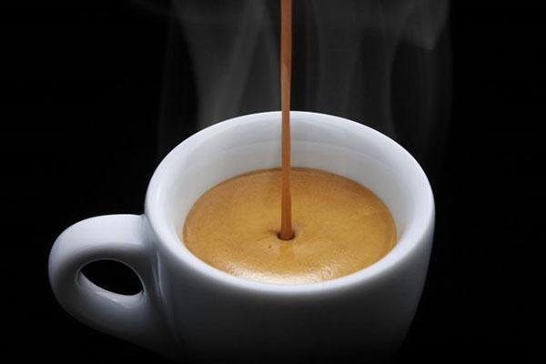 в чашку с молоком вливаем кофе