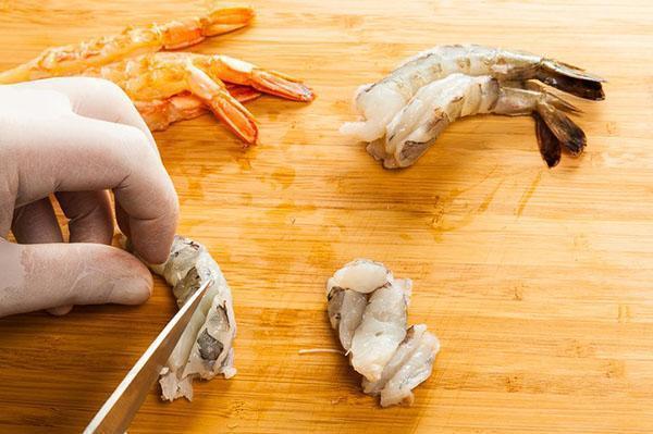 почистить и нарезать креветки