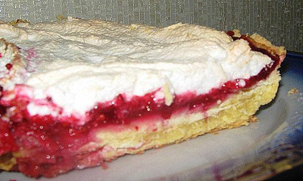 готовый пирог разрезать на порции