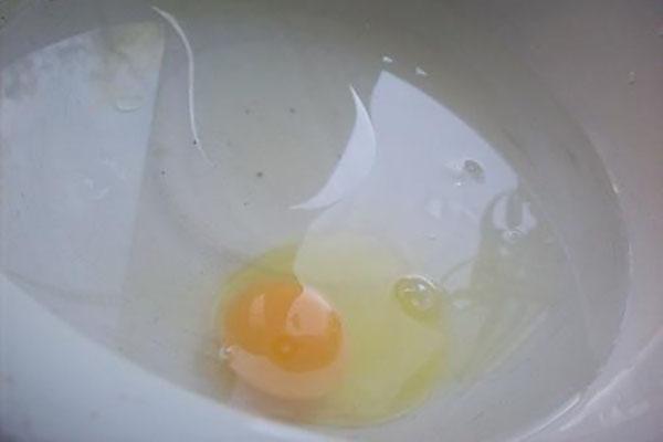 соединить яйцо с холодной водой