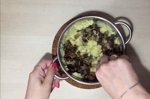 смешать картофель с грибами