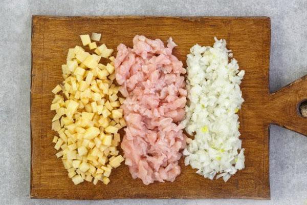 измельчить картофель, мясо и лук