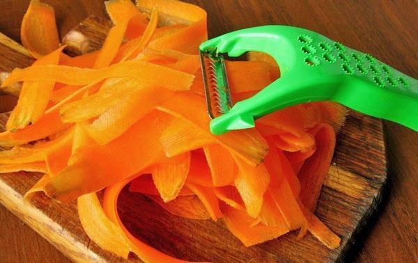 нарезать морковь тонкими пластинами
