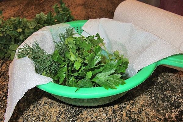 помыть и высушить зелень