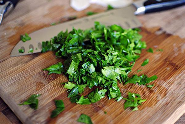 мелко нарезать зелень