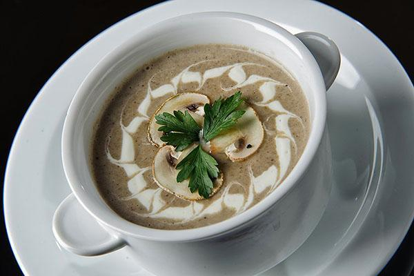подавать суп со сметаной и зеленью