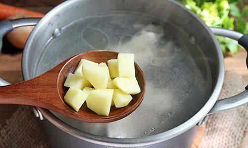 положить картофель