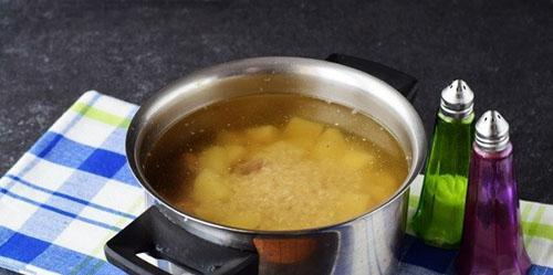 заложить рис и картофель в кастрюлю