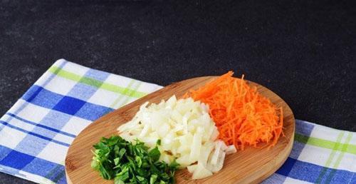 измельчить овощи и зелень