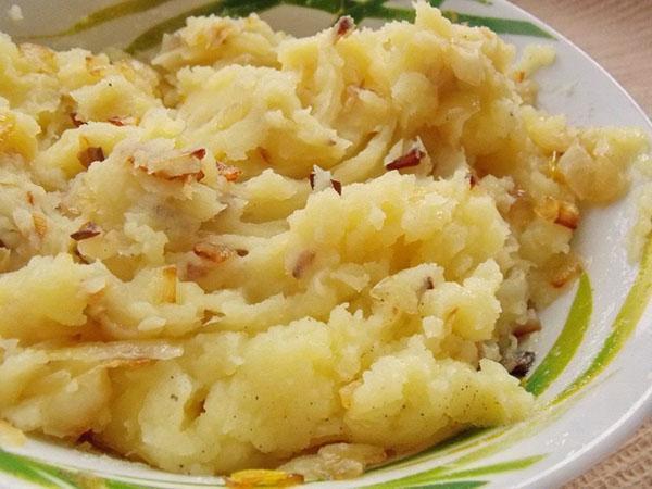 перемешать лук и картофель