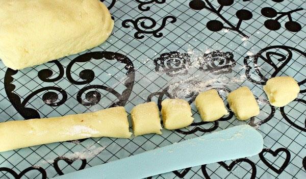 нарезать тесто на одинаковые кусочки