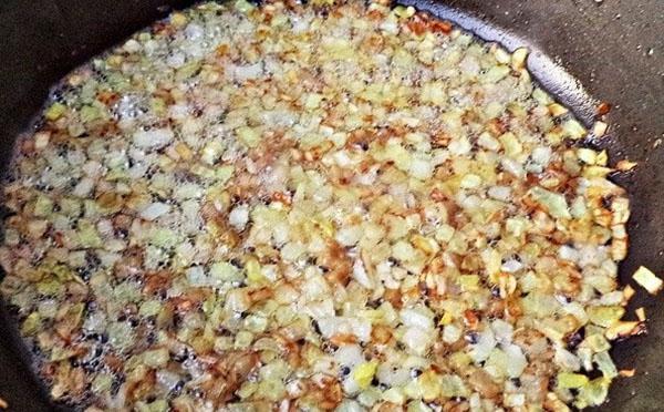 обжарить сало с луком