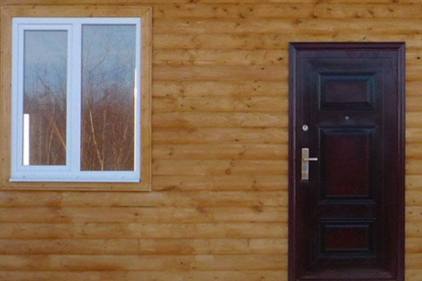 железная дверь в каркасном доме