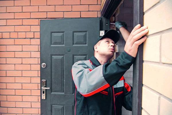 Как установить дверь в кирпичном доме