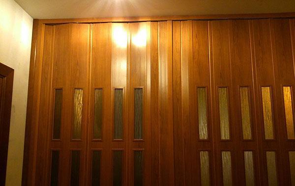 дверь гармошка установка складывающейся модели механизмы