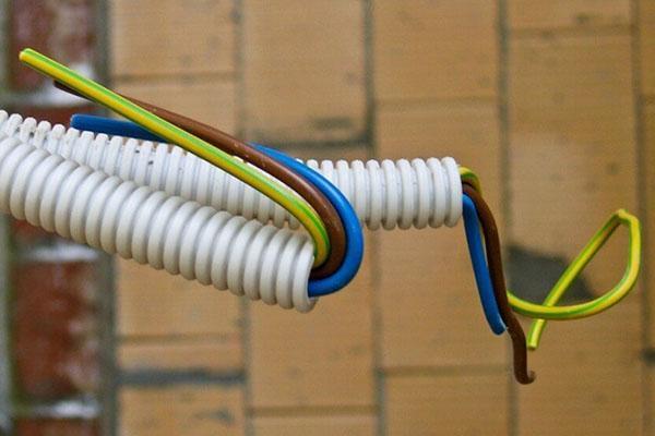 кабель в гофротрубе