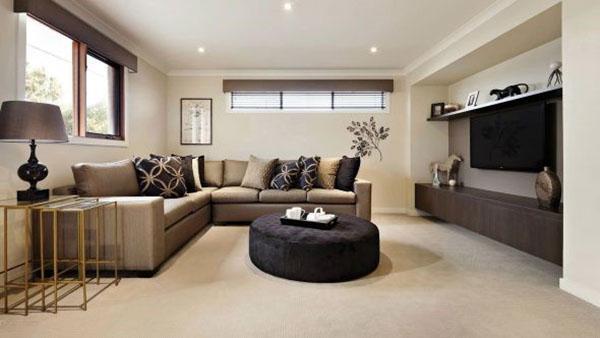 большой диван в комнате